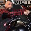 Robin Moulton à califourchon sur une moto.