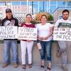 Quatre membres de la famille de Rocky Lonechild, avec des pancartes dans les mains, posent pour le photographe.