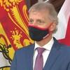 Roger Melanson porte un masque et participe à une mêlée de presse.