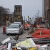 Du matériel de construction jonche la rue Elgin à Ottawa.
