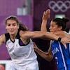 Deux joueuses qui se disputent le ballon de basketball.