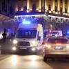 Des ambulances dans une petite rue de Moscou le soir.