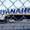 Un avion de ligne à bas prix Ryanair derrière une clôture alors qu'il est stationné sur le tarmac de l'aéroport de Weeze près de la frontière germano-néerlandaise.