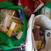 Des denrées alimentaires dans des sacs.