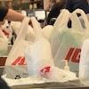 Des sacs de plastique du IGA.