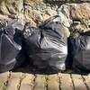Trois sacs de poubelles sur le trottoir.