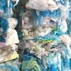 des sacs de plastique empaquetés et empilés