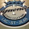 Le logo des Saguenéens de Chicoutimi apparaît sur le plancher du vestiaire de l'équipe.