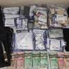 Des sacs de drogues et des billets de banque sur une table.