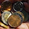 Un homme tient dans sa main des pièces de monnaie