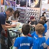 Un auteur signe un livre pour un enfant.