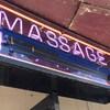 Une enseigne néon d'un salon de massage.