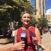 Sandra Butel en entrevue sur la rue Scarth à Regina.