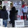 Des manifestants avec des pancartes réunies à Steinbach samedi.
