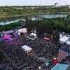 Une vue en plongée sur le site du Festival de jazz de la Saskatchewan.