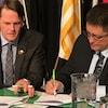 Deux hommes signent un document. (archives)