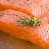Des filets de saumon sur une planche à découper.