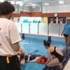 Des sauveteuses lors d'une formation dans une piscine municipale.