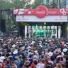Une foule devant une scène en plein air.
