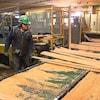 Un travailleur s'active à la scierie des Outardes de Produits forestiers Résolu.