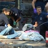 Les secours tentent de réanimer une personne qui a fait une surdose dans une rue de Vancouver.