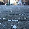Un trottoir sur lequel on retrouve du sel de déglaçage.