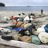 Des débris entassés sur une plage.