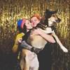 Alexandrine donne un bisou sur la joue à Simon qui tient le chien dans ses bras.