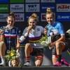 Simone Boilard (à droite) est souriante sur le podium en compagnie de ses rivales.