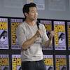 Un homme tenant un micro s'adresse au public réuni au Comic-Con de San Diego.