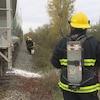 Des pompiers en action près d'un train.