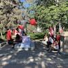Des manifestants devant la statue de John A. Macdonald au parc Victoria à Regina.
