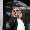 Elizabeth Smith-McCrossin parle à quelqu'un au téléphone.