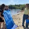 Trois femmes sur une plage avec une serviette.