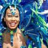 Une femme costumée en plumes bleues et vertes
