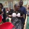 Des femmes africaines sourient en essayant des soutiens-gorges par-dessus leur vêtement.