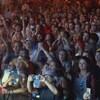 Des gens qui dansent devant la scène.