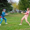 Deux danseuses se font face dans un parc entourées d'un cercle.