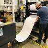Un homme surveille la fabrication d'un rouleau de filtre carbone.