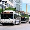 Trois autobus circulent dans une rue de Winnipeg.