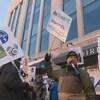 Manifestants avec pancartes