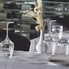 Une table de restaurant est mise.