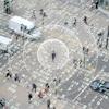 Un homme traverse une rue et des ondes émanent de son corps pour représenter des données mobiles.