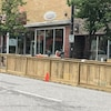 Une terrasse et un trottoir en bois devant un restaurant