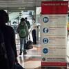 Des passagers en provenance de la Chine se soumettent à une thermographie.
