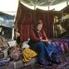 Une femme dans une tente.