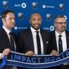 Trois hommes tiennent une écharpe sur laquelle est écrit Impact de Montréal.