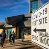 Des gens font la file devant le centre de dépistage de la COVID-19 situé au Thunderbird House, à Winnipeg.