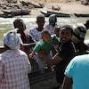 Des Éthiopiens fuyant les combats au Tigré arrivent par bateau au Soudan.