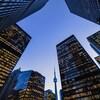 Vue en contre-plongée du quartier financier au centre-ville de Toronto.